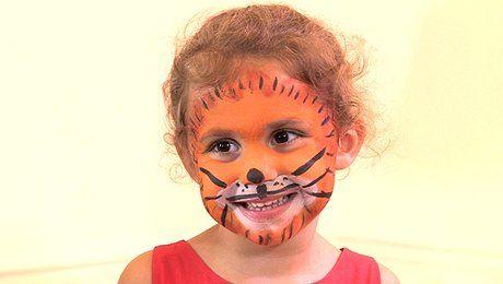 Pour un carnaval,  votre enfant rêve de se déguiser en tigre ? Vous êtes toujours à la recherche du déguisement félin parfait pour ne pas le décevoir ? Avez-vous pensé au face-painting, ce maquillage ludique et original pour enfant ? Dans ce tutoriel face-painting, Farah Ouadah, animatrice et maquilleuse pour les enfants chez http://www.anni-zen.com/, vous montre la technique pour réaliser un maquillage tigre. Pour transformer le visage de votre enfant en joli minois félin, munissez-vous de…