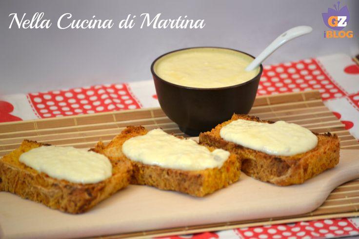 Crostini di pane con salsa ai quattro formaggi