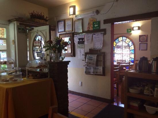 Esta es la interior de panadería. Su nombre es La Vienet. Hay muchos pan y pasteles.