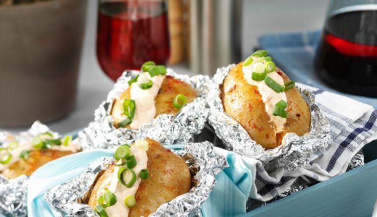 Dit recept voor gepofte aardappels van de barbecue komt van Oil & Vinegar. Ideaal voor bij…