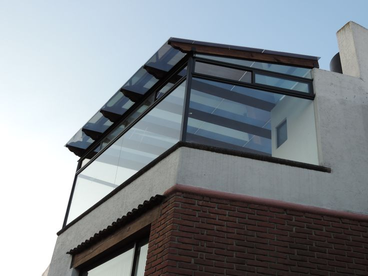 garage exterior ideas pergola - Las ventanas son de vidrio entintado con canceleria de