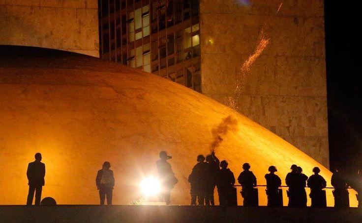 """Manifestantes entram em confronto com a policia em protesto contra a nomeação do ex-presidente Luiz Inácio """"Lula"""" da Silva para o Ministério da Casa Civil, em Brasília (DF)"""