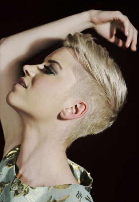 Taglio capelli cortissimi rasati ai lati undercut