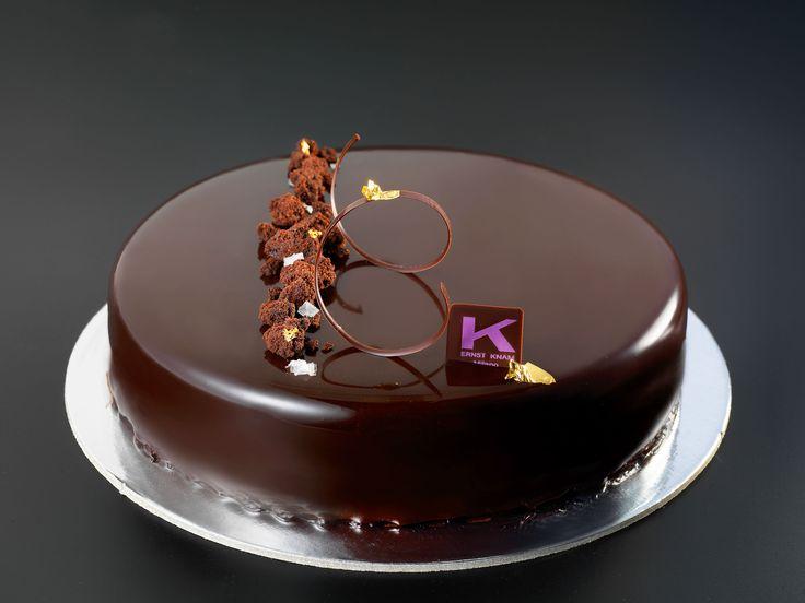 """La """"Tartufata"""", crumble di cioccolato Sao Tomè 70% con sale di Maldon, cremoso al cioccolato, marquise al cacao con rum e croccante di cioccolato con zucchero di palma e glassa nera lucida! #Knam #chocolate #pastry"""