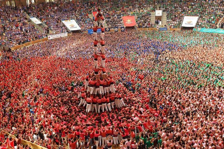 Таррагона.  В Испанском городке Таррагона каждый год проводиться соревнование Кастельерс -де Вилафранка. Такое соревнование необычно - люди состязаются в построении «кастельс» - людских башен. Соревнование организовывает культурно-спортивная организация «Кастельерс -де Вилафранка». Таким способом, организация хранит и пропагандирует традицию, история которой возникла в 18 столетии. Высокие башни из людей – это истинное чудо. «Кирпичиками» башен становятся люди любых возрастов.