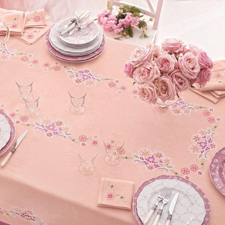 Tovaglia per 12, Lino Disegnato: Puro lino rosa disegnato per realizzare una tovaglia per 12 completa con 12 tovaglioli con motivo fiori ad intaglio disposto nel centro e nelle cadute, rifinita con orlo a giorno semplice.