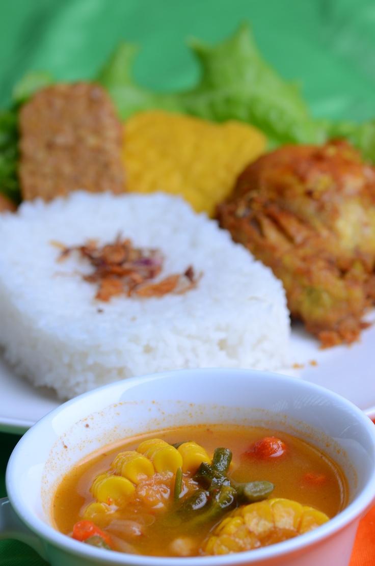 Nasi uduk + Ayam goreng + Tahu goreng + Tempe goreng + Sayur asem
