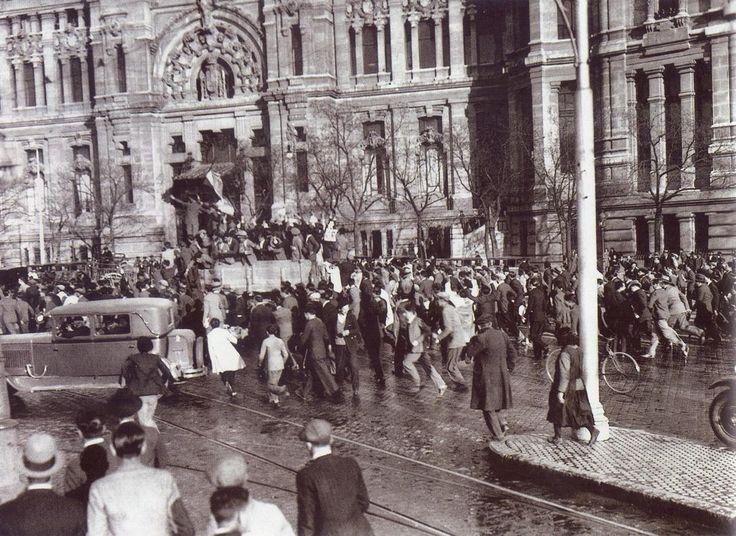 Ciudadanos festejan en la plaza de Cibeles la proclamación de la II Republica. 14-4-1931.