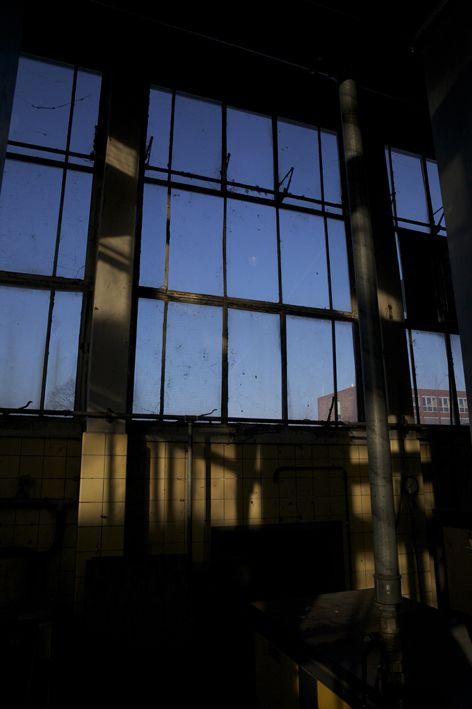 blauwe luchten door de deuren van de krachtcentrale