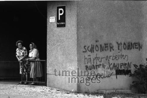 Frauen während der Anti-Haig-Demonstration, 1981 Albert1/Timeline Images #80er #80s #Berlin #Westberlin #Ostberlin #DDR #GDR #Grafitti #Grafittis #Hauswand #Spruch #Parole #Leben #nachdenklich