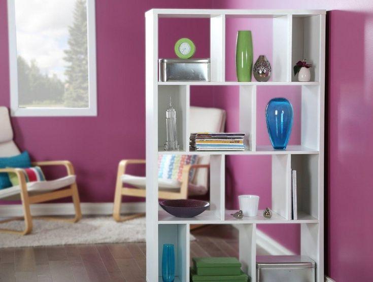 Raumteiler in Weiß für das in lila gestrichene Wohnzimmer