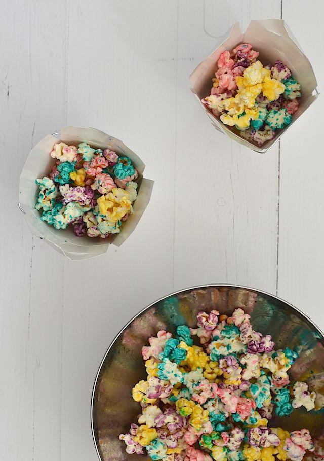 Hartstikke leuk voor een beetje kleur op de paastafel: regenboog popcorn! (Maar natuurlijk ook perfect voor (kinder)feestjes.)