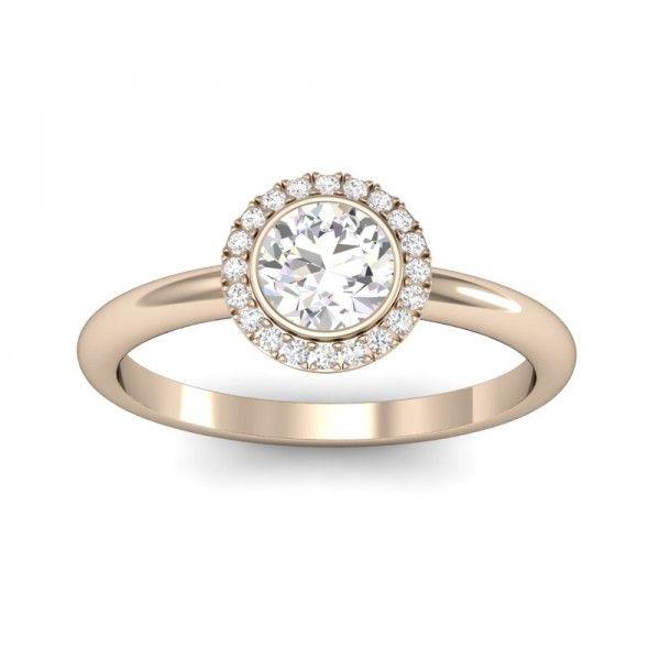 Ein wunderschöner rosefarbener Diamantring im Halo Stil. Ein Halbkaräter und 20 kleine Brillanten schmücken diesen Ring.  #Haloring #Diamantring #Verlobung #VERLOBUNGSRING.de