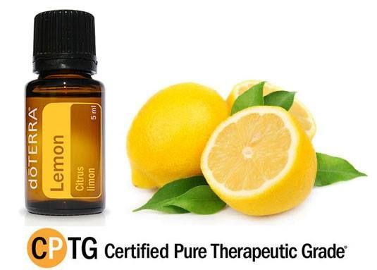 Aceite esencial de limón Entre los aceites cítricos, limón es un aceite poderoso para la purificación y limpieza. Ofrece un agente antibacteriano increíble y solamente deja una aroma animador de frescura y limpieza. Al difundir el aceite de limón, no sólo limpia el aire y neutraliza los olores sino que también crea un estado de ánimo edificante. Con unas gotas de limón y un poco de la miel, alivia el dolor de garganta.