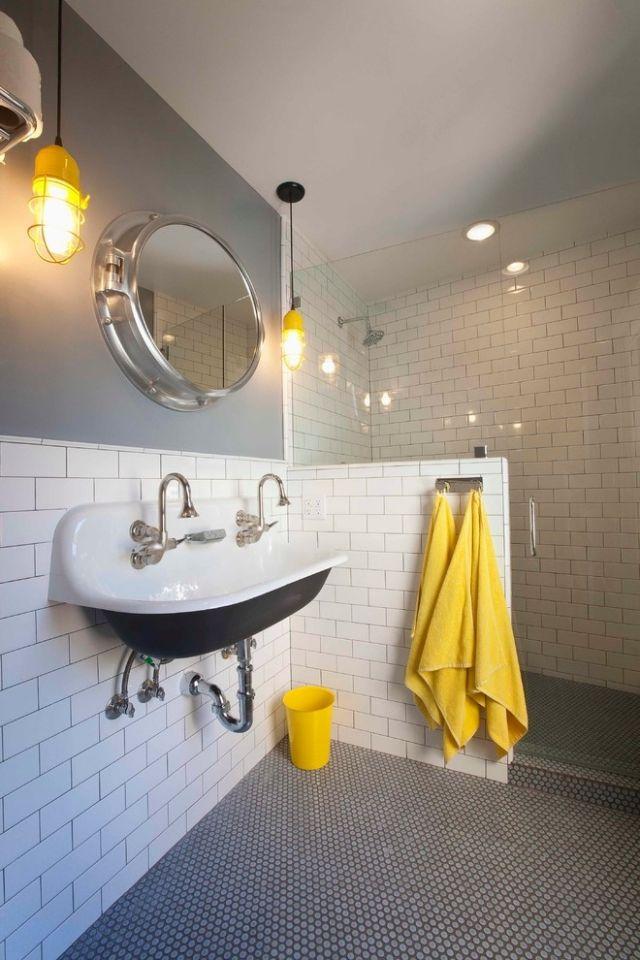Industrie Inspiriertes Badezimmer Weiße Fliesenwand Grau Gestrichen Gelbe  Handtücher