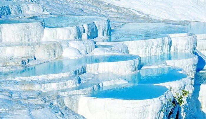 白い壁の中に、青い水? たっぷりと水を湛える、この建物は何・・・?