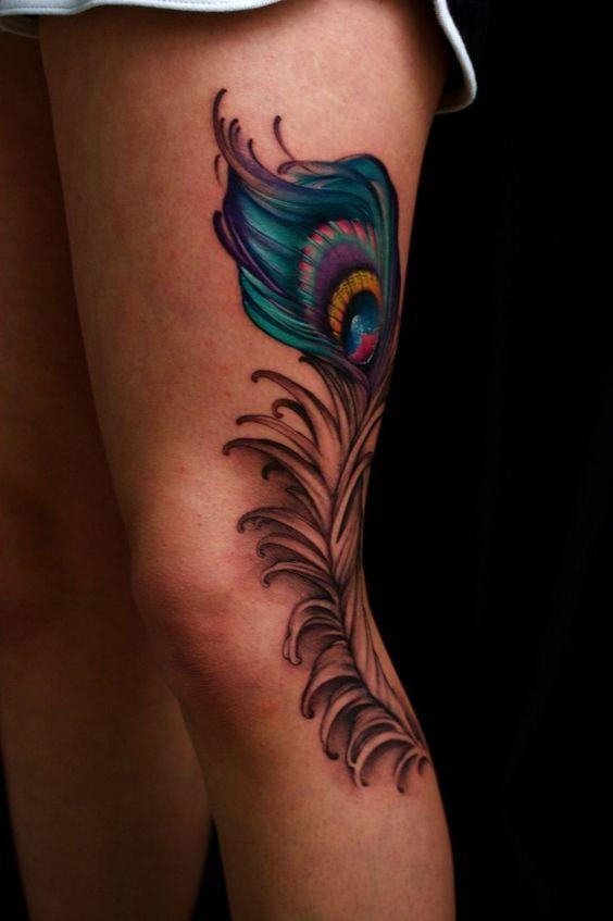 tatuajes de plumas de pavo real pierna
