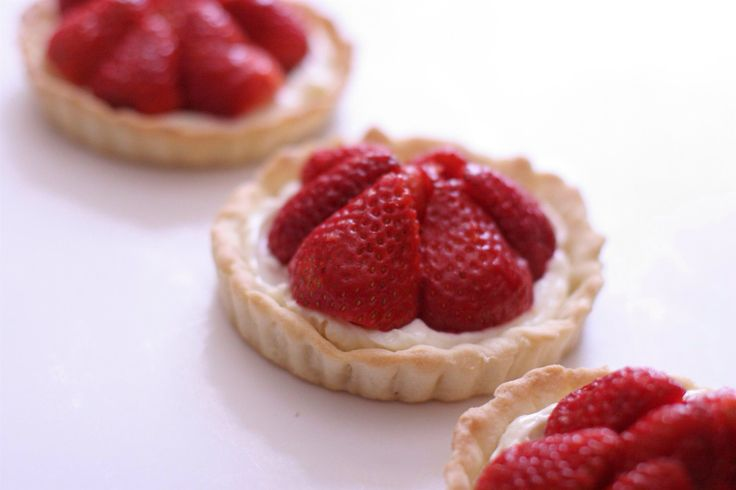 Tart with cream and strawberries