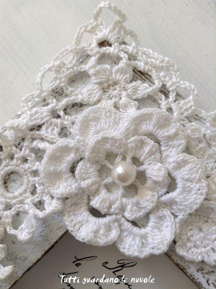 Cornice realizzata con una vecchia tavola usurata, con decorazioni a crochet e cuore in legno, tutto in stile Shabby Chic.