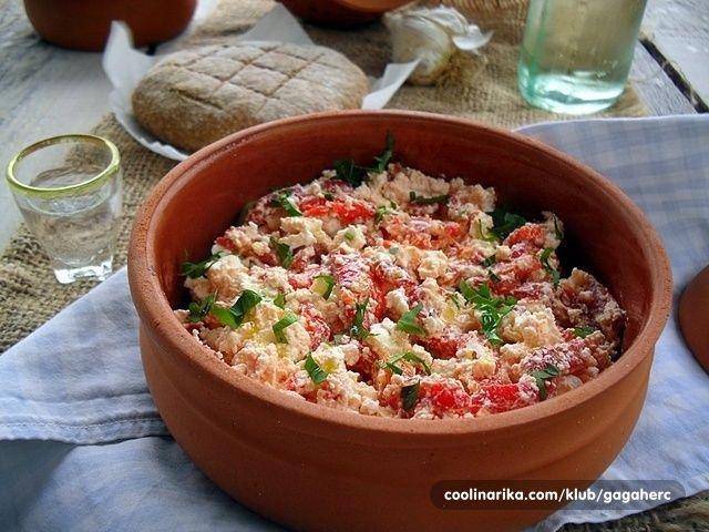 Zaovu salatu sam prvi put čula kada sam njenu sliku videla u grupi Hrono recepti na FB i mnogo mi se dopala kako izgleda. Objavila je Marina Damnjanović, a njen recept za ovu salatu senalaze na staniciHRONO KUHINJAautorkeAne Ćubele. Marina kaže da je trljanica specijalitet vranjanske kuhinje i da je kraljica među salatama, koja se leti sprema od pečenih i iscepkanih paprika, a zimi od obarenih suvih. U paprike se dodaju ulje, začini i seckani praziluk, a postojivarijanta kada se…