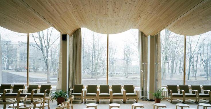 Fino all'1 marzo, il Vitra Design Museum, all'interno del Vitra Campus di Weil am Rhein, ospita più di 400 edifici e una dozzina di mobili, oggetti di vetro e lampade che Alto ha disegnato tra primi anni '20 e gli anni '70.  In una foto di Armin Linke, la biblioteca comunale di Viipuri (ora Vyborg), Carelia (Russia), progettata da Alvar Aalto tra il 1927e il 1935.