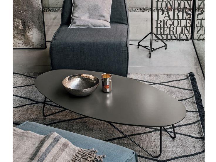 Tavolino ovale da salotto Senzatempo con struttura in metallo laccato col. Peltro, piano in legno legno laccato poro aperto.
