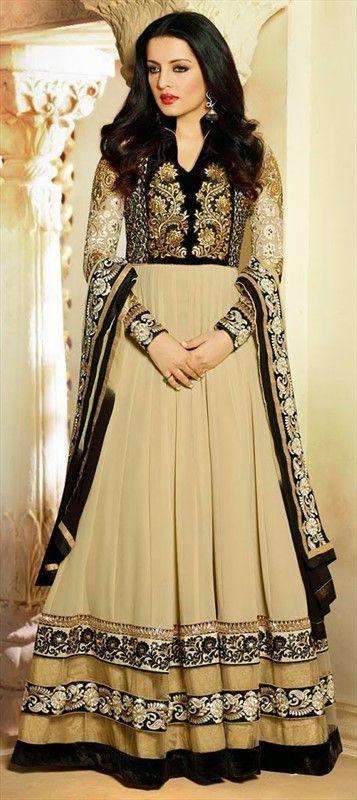 #CelinaJaitly looks ravishing in this off-white #anarkali. Order it for you! #IndianCelebrity #Bollywood #indianwedding