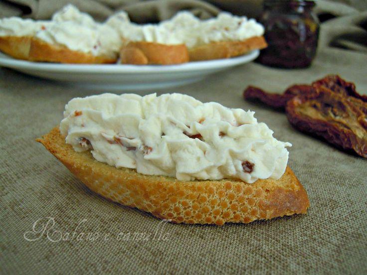 crostini con ricotta e pomodori secchi, un finger food semplicissimo da preparare ma tanto gustoso. Potete tostare il pane il giorno prima...