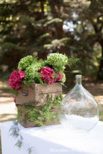 Composition florale #jarre #fleur #buffet #caisses #mariage #pretty #wedding @PrettyWeddingFR