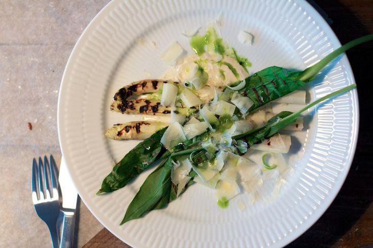 Grillet asparges og ramsløg med syrnet fløde og ost.
