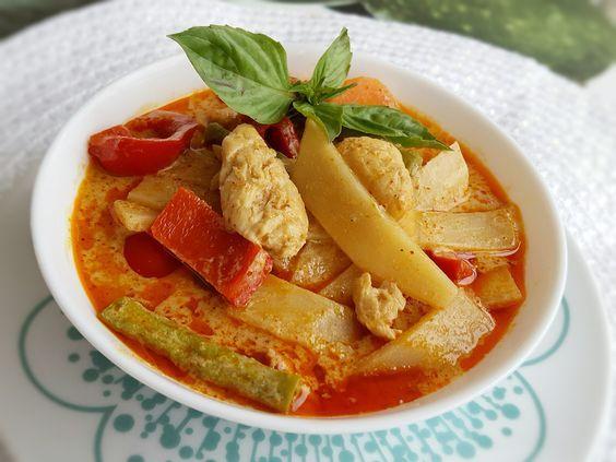 Gaeng ped- Äkta Thailändsk röd curry med bambuskott och kyckling. Här kommer ett super bra recept som ger dig lika god thaismak som på restaurang.