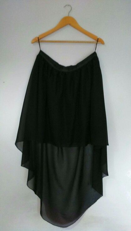 Falda negra de shiffon con cola de pato, parte delantera corta