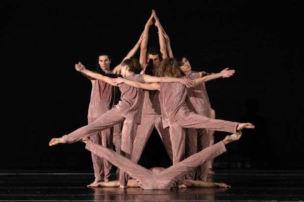 Η νέα χορογραφία του Αντώνη Φωνιαδάκη συνομιλεί με αρχεία της ΝΑSA και τον E.T.