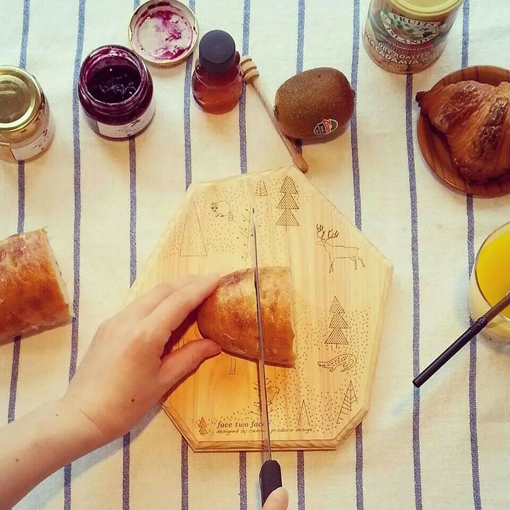 パンを切ってそのままお皿になる、便利なウッドプレート