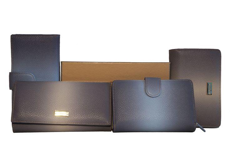 Portafogli con interni in vera pelle, spaziosi e sfiziosi...Per info e acquisti visita la nostra vetrina su Amazon: http://www.amazon.it/s/ref=sr_nr_p_4_2/280-5365545-0161833?me=AMVJO3UPU429R&fst=as%3Aoff&rh=p_4%3ALaura+Biagiotti&ie=UTF8&qid=1434010059