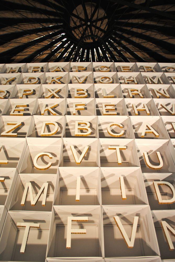 400 letras de cartón para la exposición Venticívicos del Ayuntamiento de Zaragoza. Dirección artística Semprini Estudio