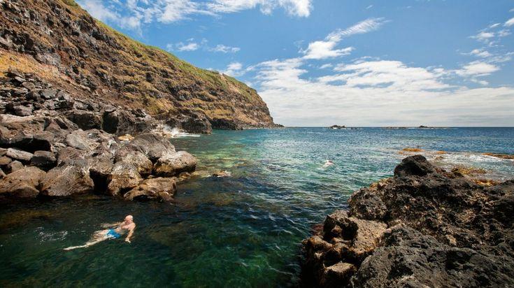 A Ponta da Ferraria, na ilha de S. Miguel, nos Açores, é uma das zonas balneares mais extraordinárias do país. É que as águas são quentes, com origem em nascentes de águas termais terapeuticas. E a paisagem é deslumbrante.