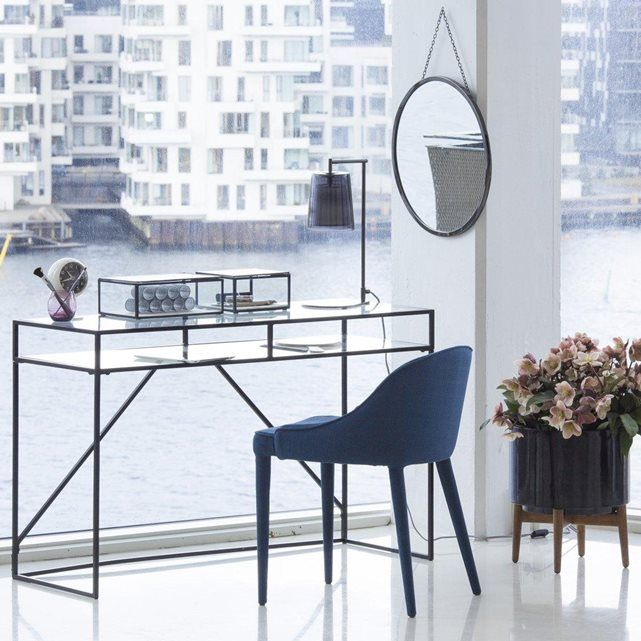 Son élégance et sa transparence  imposent un style tout en légèreté. Structure métal. Double plateau verre trempé
