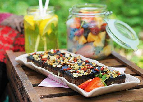 """Det kan låta konstigt att ha svarta bönor i en brownie, men det är den perfekta """"hemliga ingrediensen"""" som gör din brownie saftig, god och proteinrik. Denna chokladskapelse går mycket bra att förbereda dagen innan den ska serveras, då den nästan blir godare av att stå en stund. Perfekt picknick-gott!"""