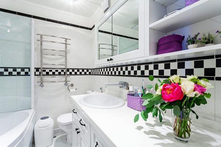 A négytagú család (a szülők és két lánygyermekük) részére tervezett 130nm-es, belső kétszintes lakásban a földszinten található a nappali, konyha, étkező, vendég wc, az emeleten a hálószoba, dolgozószoba, fürdőszoba, nagy belmagasságú és két szintre osztott gyerekszoba és a gyerekek fürdőszobája.