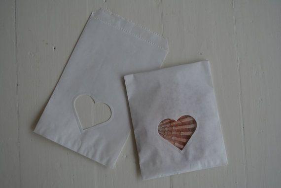 Deze gebroken wit papieren zakjes zijn ideaal voor kleine cadeautjes, bedankjes voor je bruiloft of voor een verjaardag als goodies bags. De gebroken