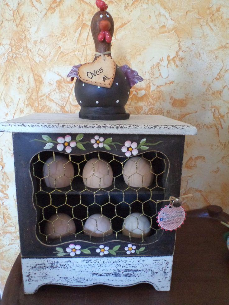Porta ovos de mdf modelo galinheiro,cor café pintura rústica com acabamento em decoupage.  Acompanha uma galinha de cabaça.  Altura da caixa 21cm +13cm da galinha=34cm  12 OVOS.