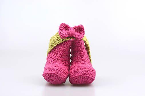 Čelenka a čižmičky pre bábätko sú ručne háčkované z prírodného materiálu - z kvalitnej nórskej extra jemnej cyklámenovej a zelenej 100% merino vlny vhodnej pre citlivú detskú pokož...