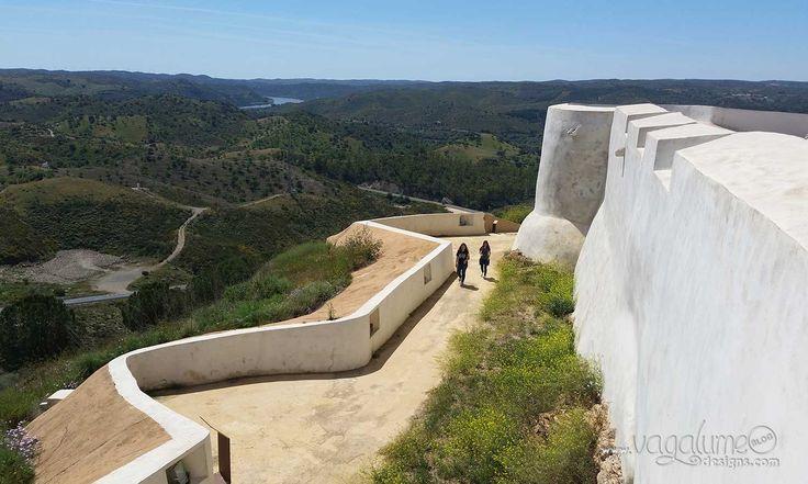 Conocer el castillo de manos de un arqueólogo que te cuenta la historia del pueblo y su relación con el pueblo-hermano portugués (Alcoutim) le añade un valor especial a la visita y te hace enamorarte aún más de este pueblo.