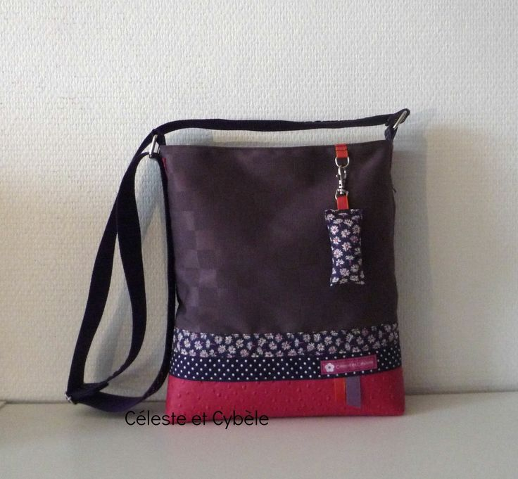Sac bandoulière en simili cuir fuchsia et toile enduite violette/biais en Liberty Bellis violet imprimé violet pois blancs