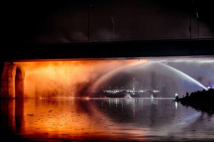 zdjęcia pożaru mostu Łazienkowskiego autorstwa Wojtka Dobrogojskiego.