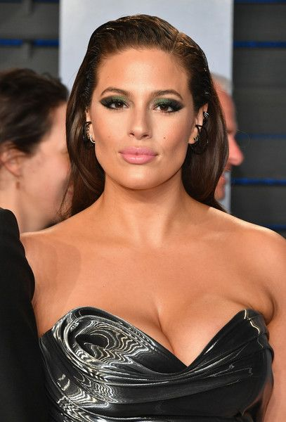 Ashley Graham Photos - Ashley Graham attends the 2018 Vanity Fair Oscar Party hosted by Radhika Jones at Wallis Annenberg Center for the Performing Arts on March 4, 2018 in Beverly Hills, California. - Ashley Graham Photos - 12 of 1489
