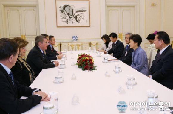 2013년 11월 21일 박근혜 대통령이 청와대를 방문한 토마스 바흐 IOC 위원장과 만나 환담하고 있는 모습.(사진제공=청와대)
