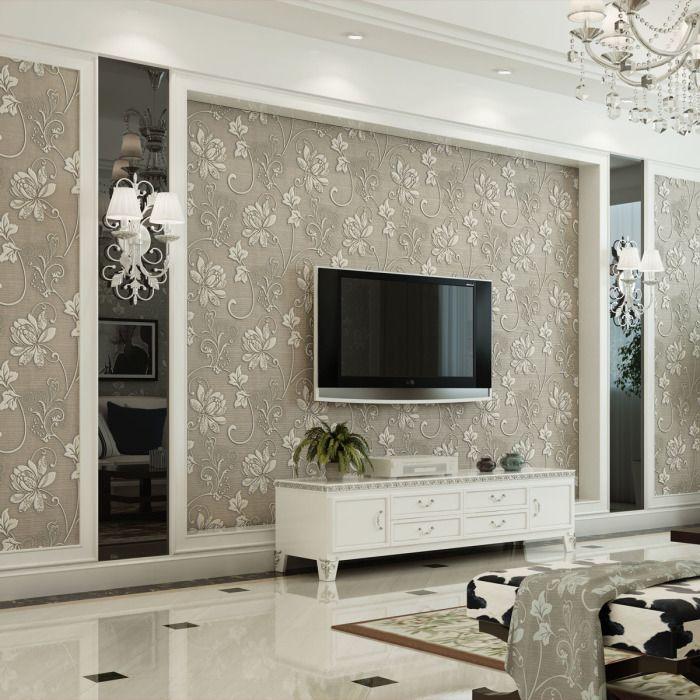 Обои в аристократическом стиле отлично дополняющие интерьер гостиной комнаты.
