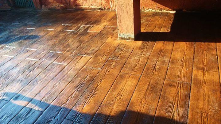 Pavimento de hormig n estampado en textura madera con - Pavimento de corcho ...